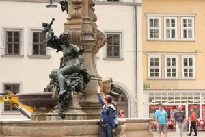Me interacting with a statue in Erfurt