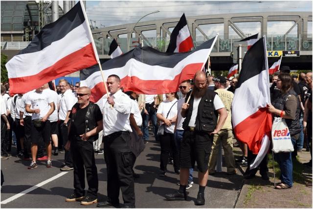 Nazis mit Flaggen des Deutschen Kaiserreichs